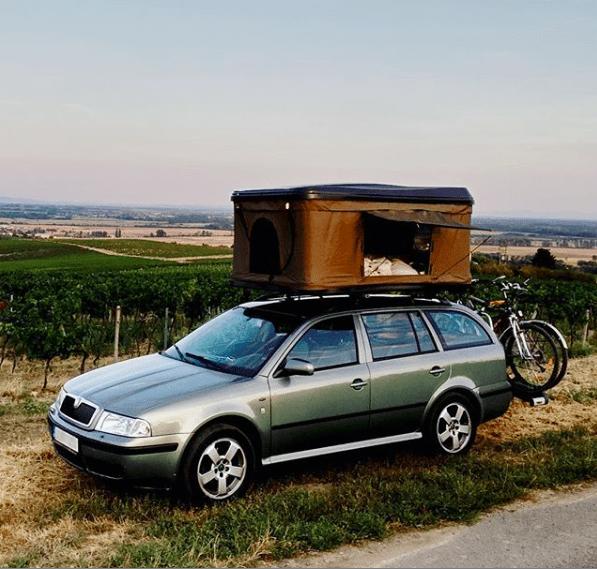 Rozložený střešní autostan na autě